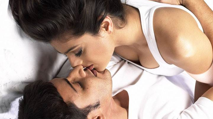 Kissing Scene Of Amisha Patel And Mahesh Babu In Nani Movie